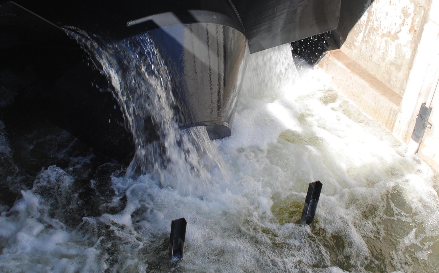阿基米德螺旋涡轮机喷出的水