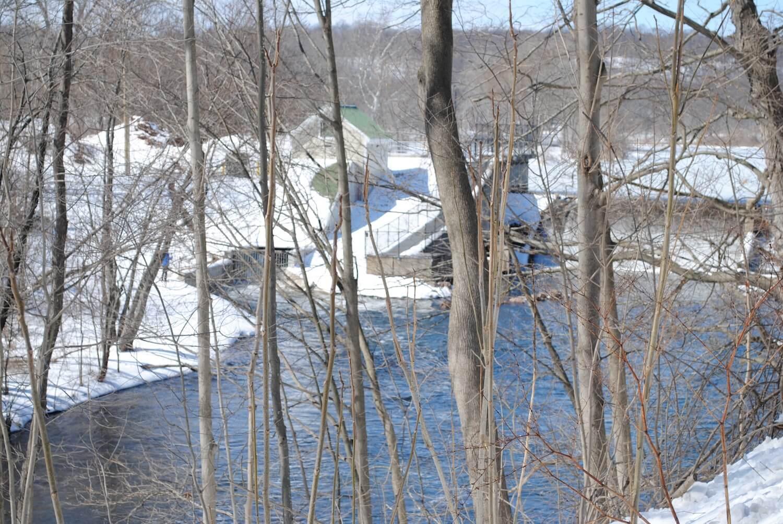 汉诺威池塘水电装置的冬季视图