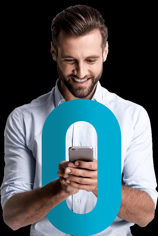 Vista frontal de homem caucasiano segurando um smartphone e o número zero em sua frente