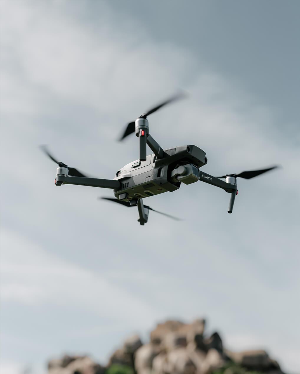 Drone som flyr i luften.