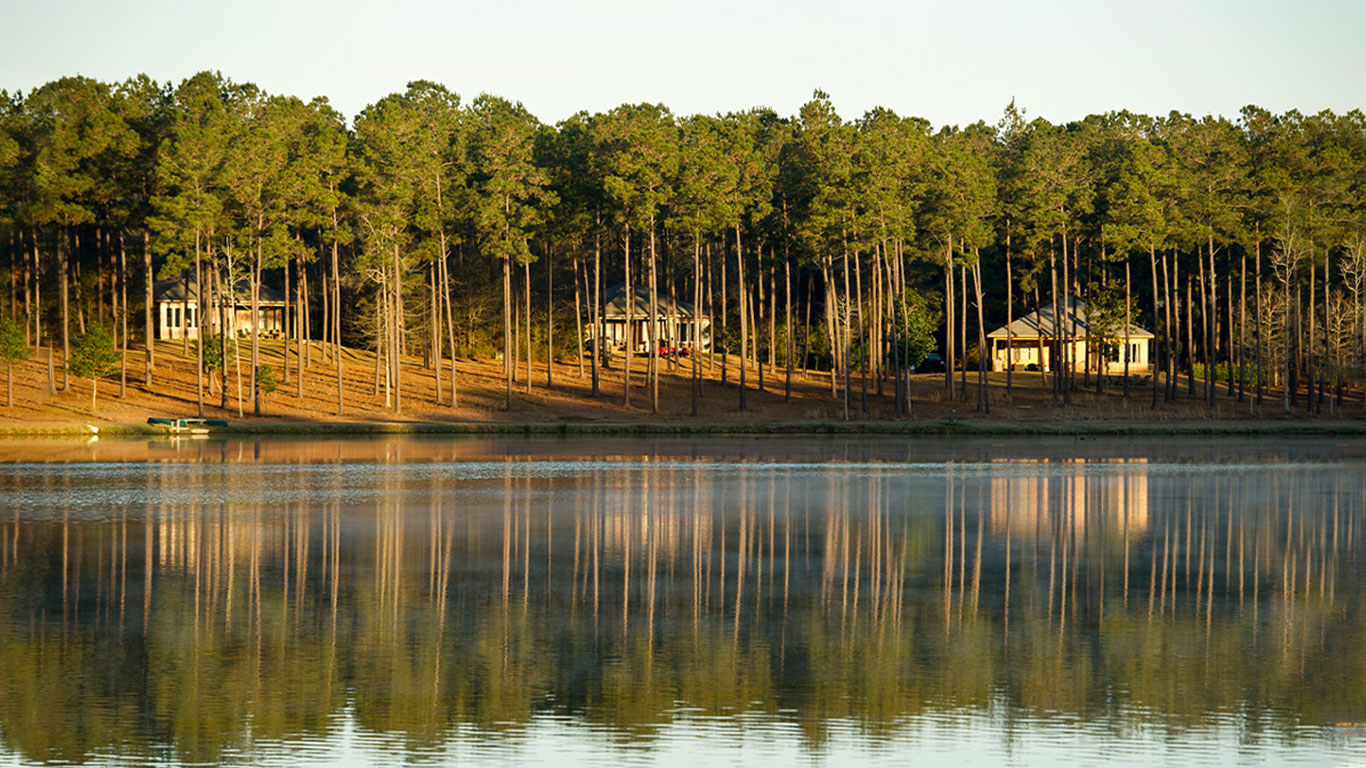 Covey Rise Lodge cabins by the lake.