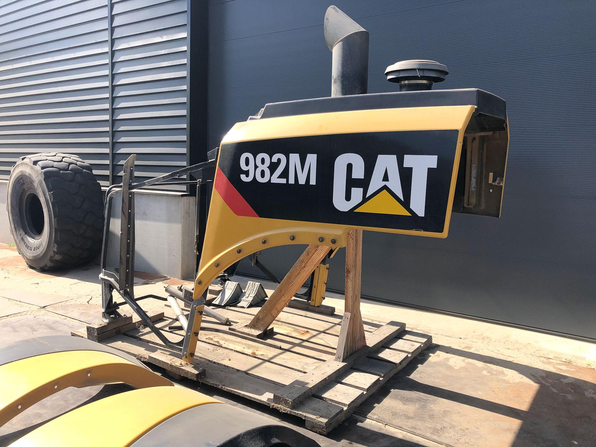 Motor kap +spatborden Cat 980M /982M.