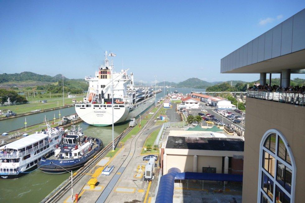 Panamakanalen har flere leder. Ved Gatún-slusene kan 30 meter brede skip passere.