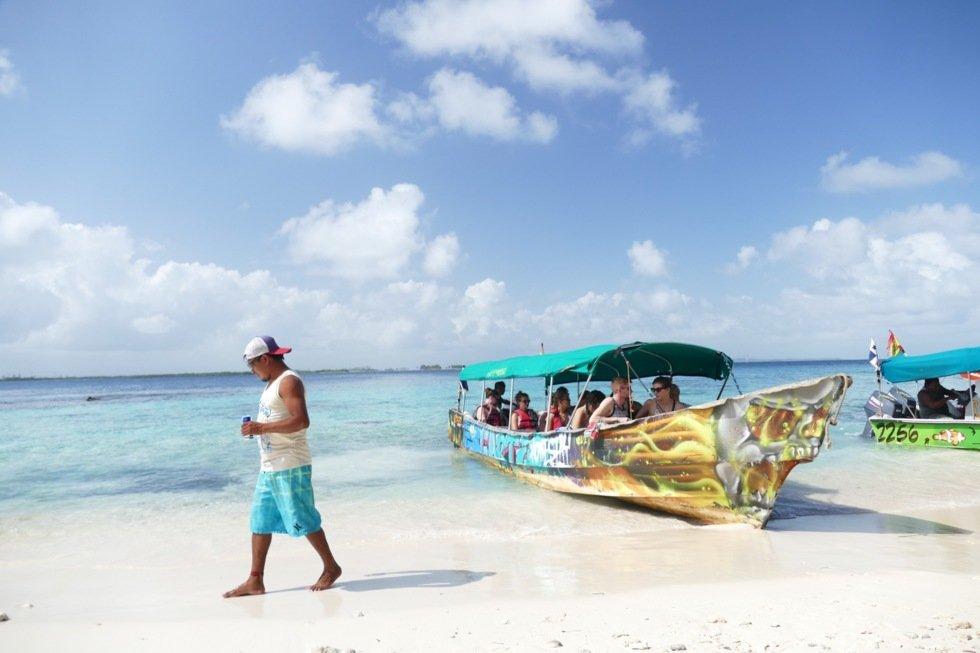 De hurtiggående båtene tar deg raskt fra havnen til de hvite sandstrendene.