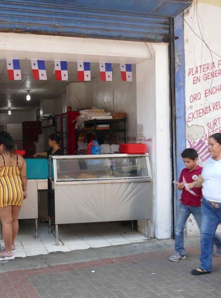 Butikker og matutsalg ligger tett langshovedgaten Avenue Central i Panam City.
