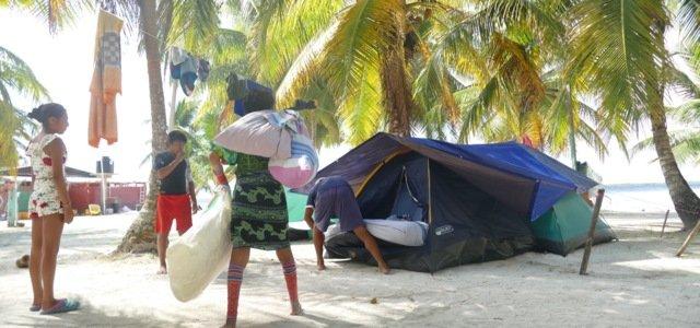 Familiene på øyene leier gjerne ut telt og stråhytter til besøkende, men egentlig trenger du kun en hengekøye.