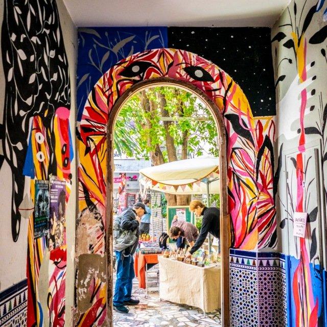 Ved kulturhuset La Casa Invisible finner du like gjerne et bruktmarked, som konsert eller dukketeater.
