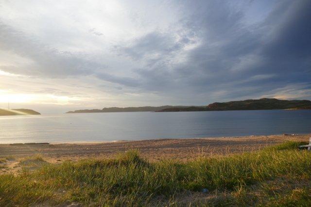 Den vakre stranden bader i det arktiske lyset