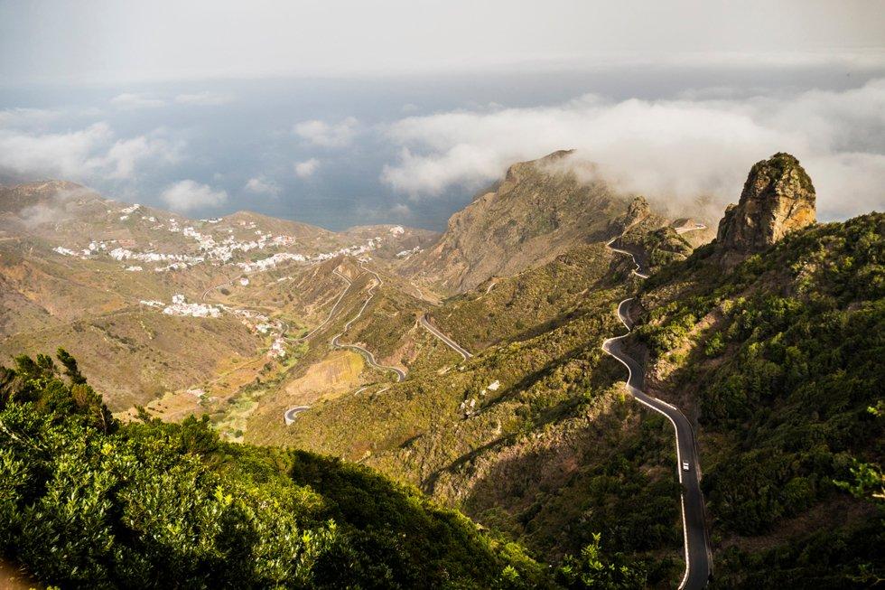 Den dramatiske naturen er lett tilgjengelig via gode veier enten man kjører bil eller utfordrer kondisjonen på sykkel.