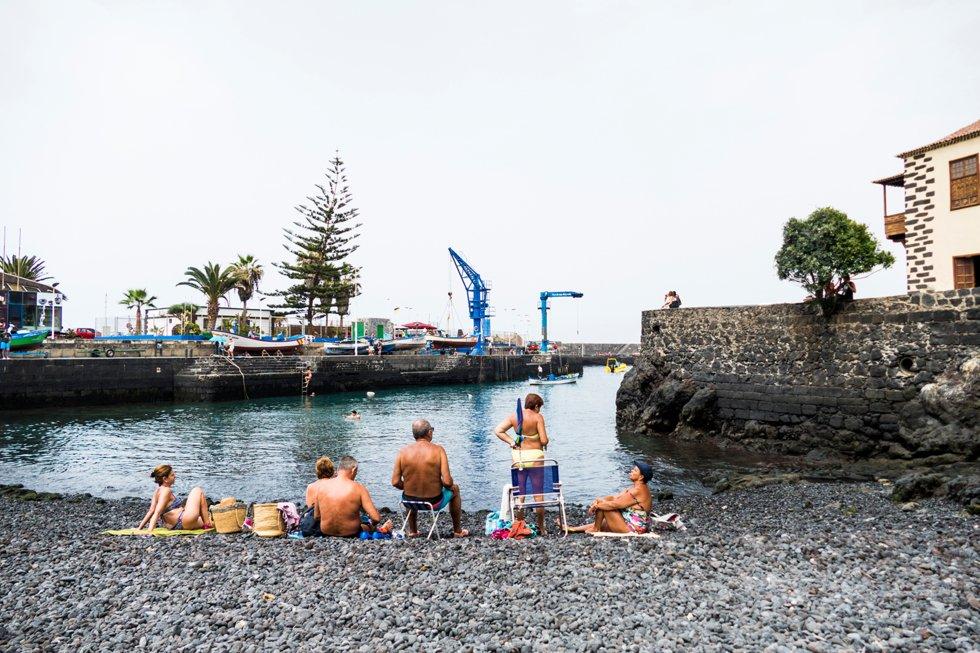 Midt i feriebyen Puerto de la Cruize ligger den lille bystranden  Playa del Muelle til kontrast fra badeanlegget Playa de San Telmo.