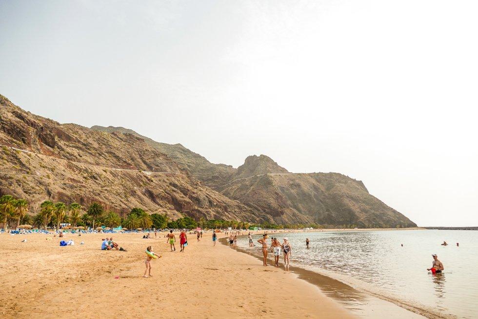 7km fra Santa Cruz de Tenerife, ved foten av de massive Anaga massivene  ligger den langstrakte og finkornede Teresitas stranden