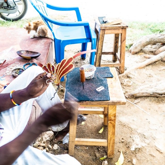 Sjømat, grønnsaker frukt og sandaler. Ved markedet i Lamu Rd broderes det også vakre skinnarbeider.