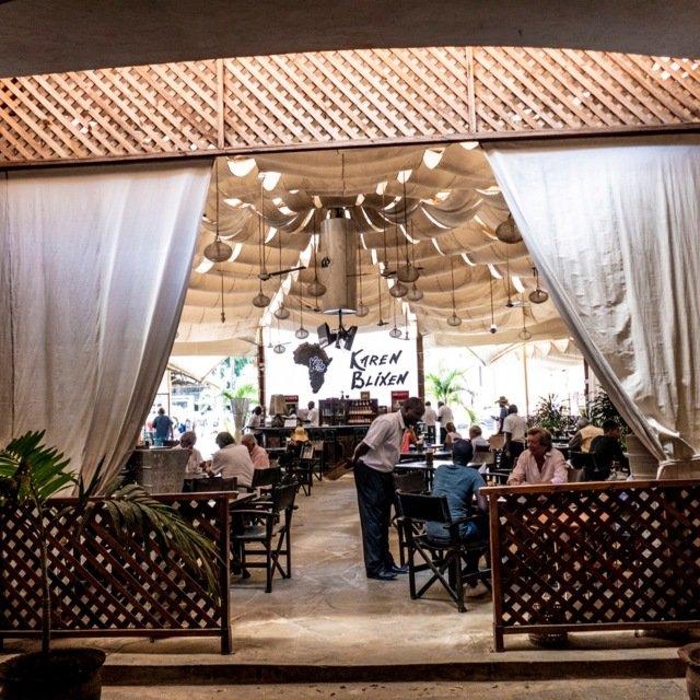 Det råder en kolonialsk stemning ved kjøpesentercafeen Karen Blixen i Malindi, godt hjulpet av langtidsboende turister.