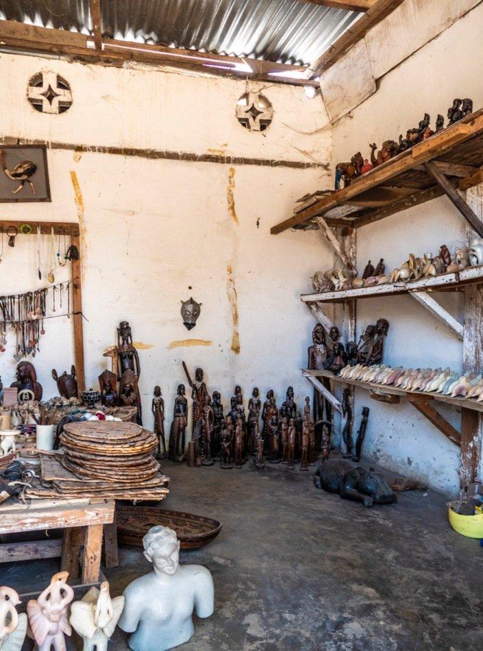 Curio markedet ved Silversand Road er full at verksted og salgsboder som selger trearbeider og andre suvenirer.