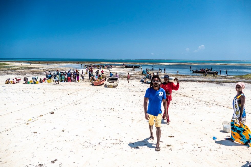 Mayungu Public Beach, 5 minutter unna Flamingo Villas, forvandles til et yrende  fiskemarked om formiddagen.