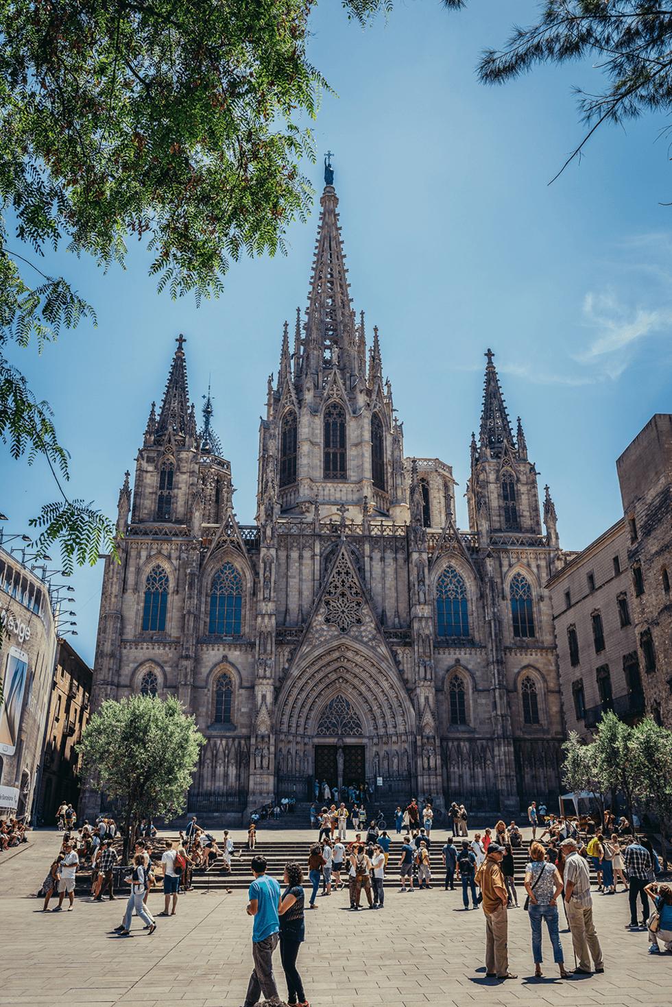 Plassen ved den nygotiske Catedral de la Santa Creu, omtalt som La Seu, et fint sted å sortere inntrykkene.