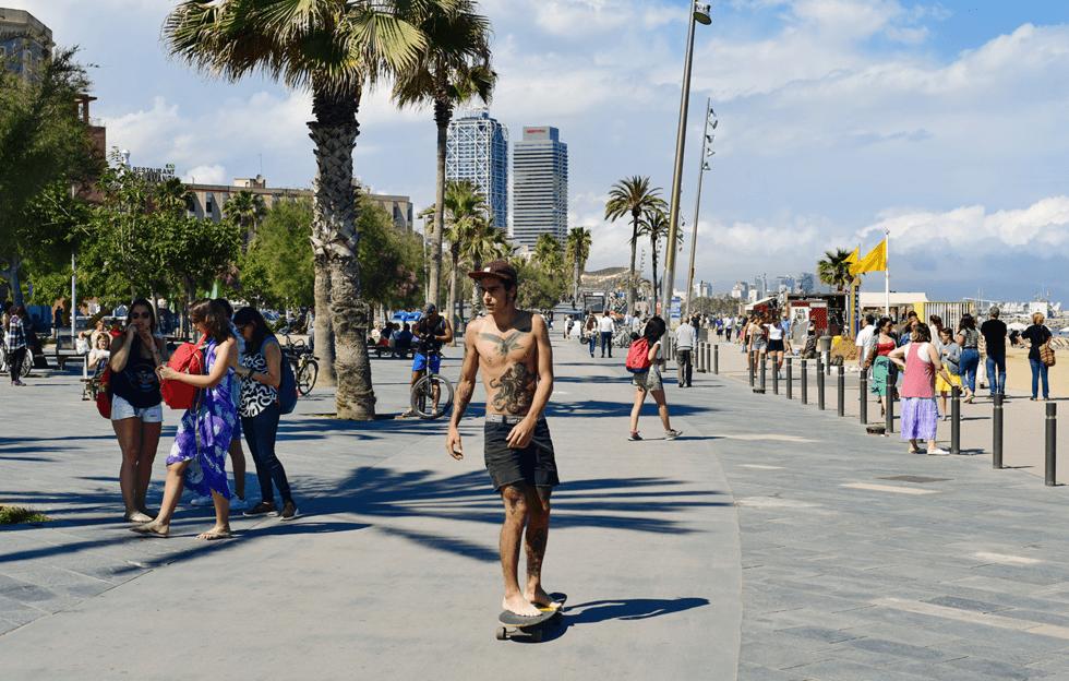 Promenaden ovenfor strandsonen er fylt med restauranter og nattklubber.