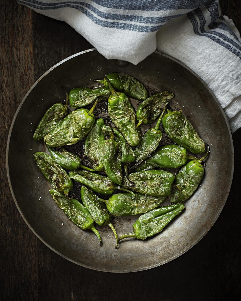 Pimientos de Padron, grillede friske jalapenos pepper, drislet med havsalt.