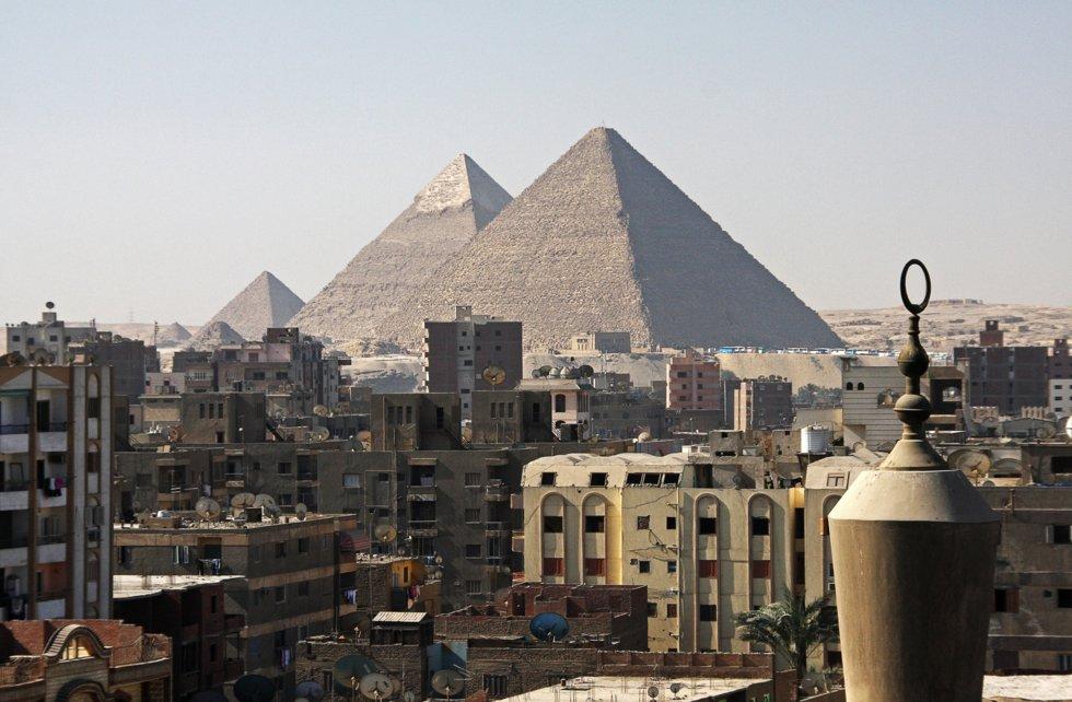Pyramider med Kairo i forgrunnen.