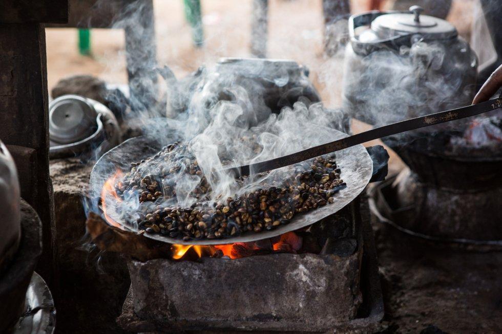 Etiopisk kaffe laget på tradisjonelt vis.