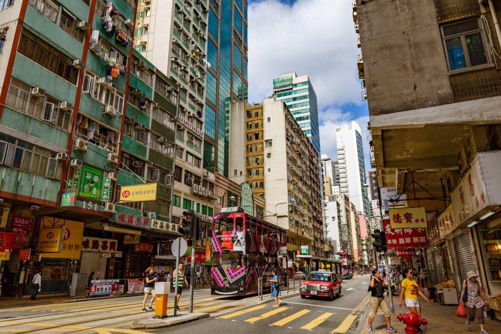 2 etasjes trikker ruller frem og tilbake i de historiske gatene ved Sai Ying Pun.