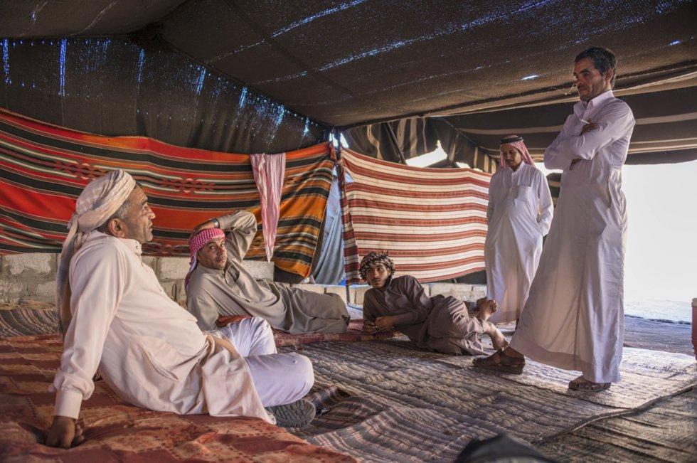 Zalabia-beduiner i et tradisjonelt telt i Wadi Rum-ørkenen.