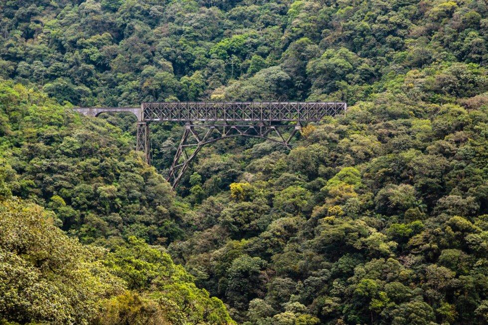En av 30 viadukter langs Serra Verde Express.