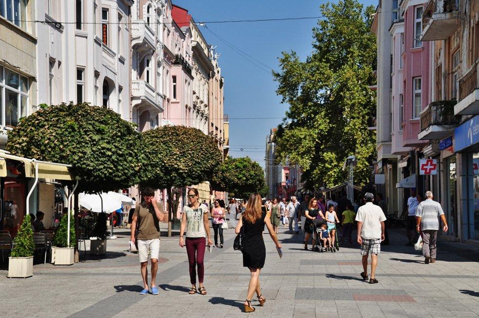 Bulgarias nest største by strekker seg over syv åser ved Varitsa-elven og er blant landets mest urbane.