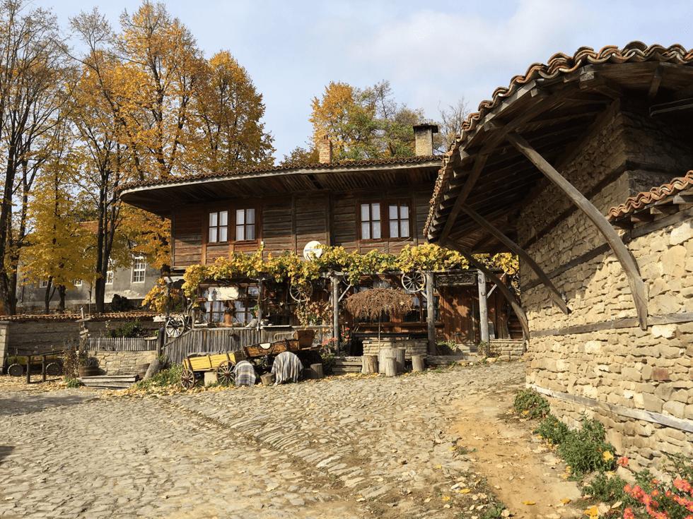 Sjarmerende Zheravna med sine brostensgater og restaurerte trehusbebyggelse.