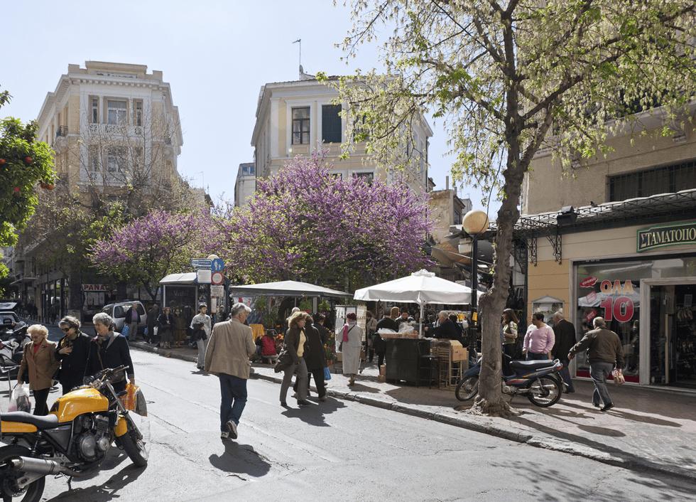 . I triangelet mellom Syntagma til Omonia og Montastiraki finnes hyggelige torg, markeder og gater. En av våre favoritter er Agias Irinis Plassen ved Aiolou.