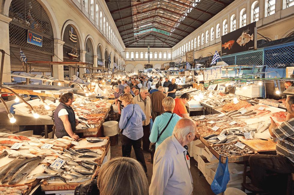 Følg den hyggelige gaten Aiolou videre nordover og du kommer til Atens største ferskvaremarkedet Agora, hvor nyslaktet kjøtt henger siden om side med tunfisk og blekksprut.
