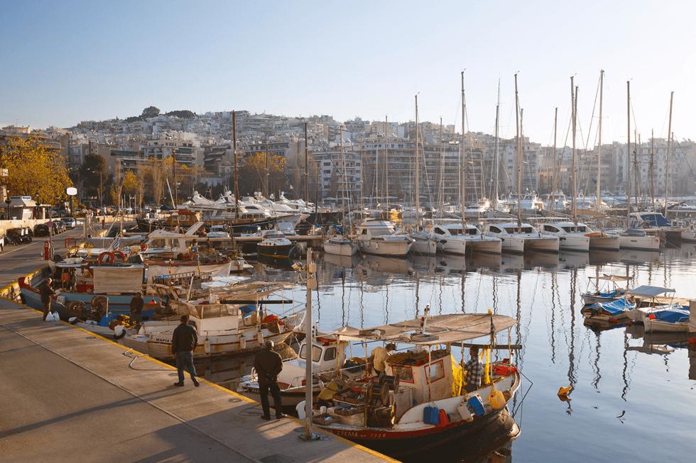 Athen har vokst sammen med naboen og havnebyen Piraeus, snaue 10 km østover, ca 20 min med metro fra Monastiraki. Pireus er porten til hele det greske øyriket.