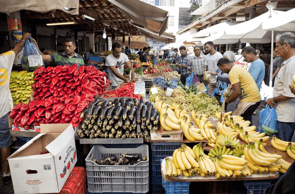 På andre siden av Athinas selges frukt og grønnsaker, og et supert utvalg av tørket, saltet og røkte skinker og pølser.