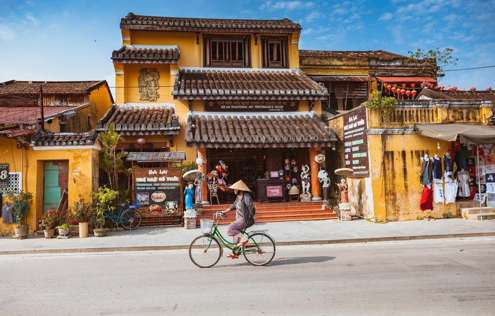 Hoi An.  Sjarmerende og koselig, selv med nærmere 2 millioner besøkende årlig. Gamlebyen rundt Minh An utforskes best til fots, og da hordene med turister først ankommer utover formiddagen, kan morgenen være den beste tiden på døgnet å besøke markedet.