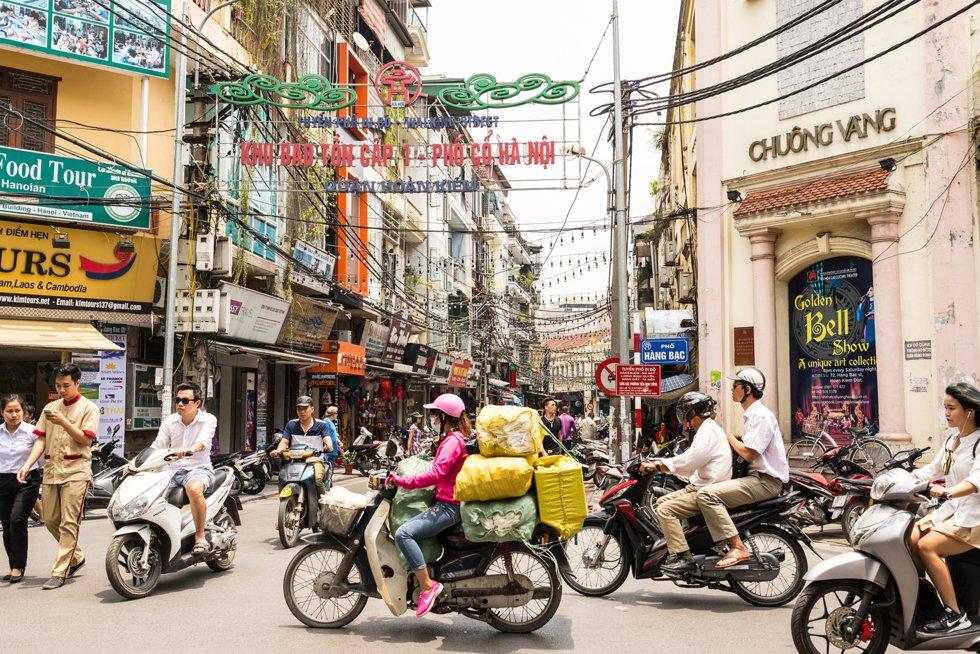 Tett trafikk i Hanois gamleby.