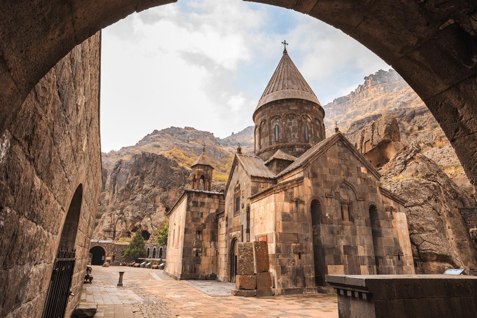 Steinkirken Geghard ligger kun en time unna hovedstaden Jerevan.