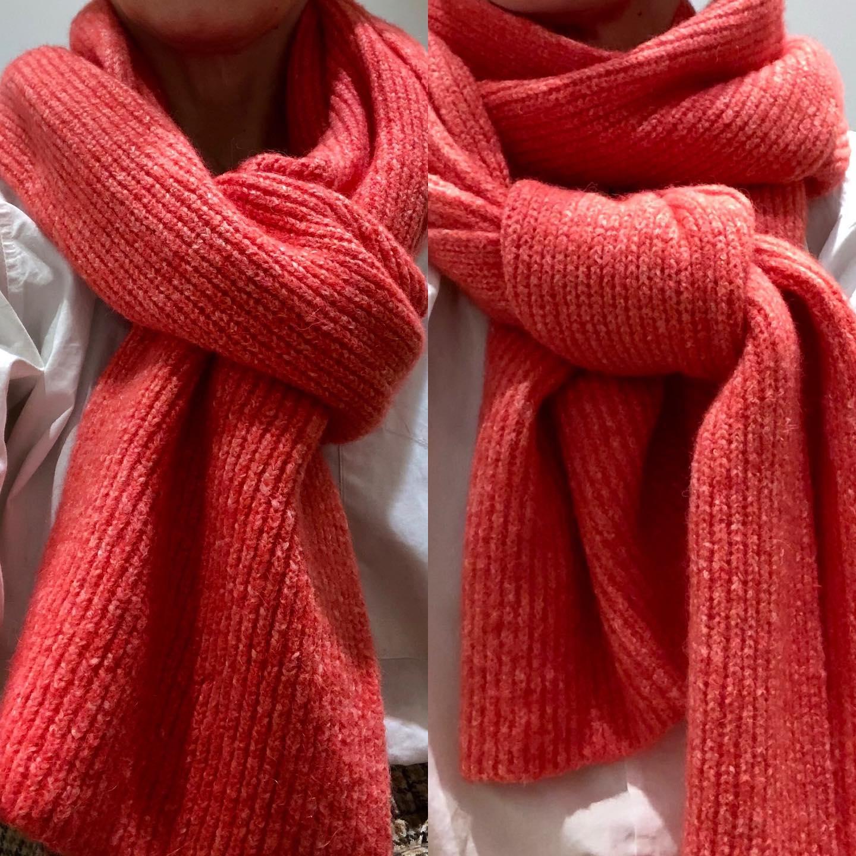L'écharpe toute douce, croisée ou nouée, belles matières, belle longueur (2m😄) à retrouver en ligne sur le site 🤗 #echarpe #babyalpaga #merinos #pink #nouvelle collectionhttps://www.instagram.com/p/CHQL0bdF6kw/