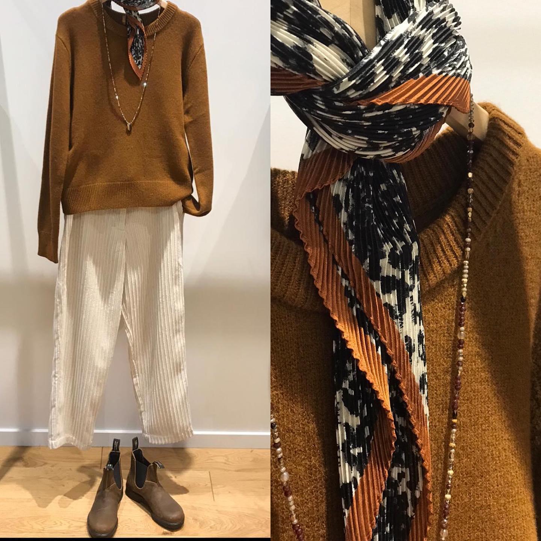 Laine, velours et cuir  Pull, pantalon et foulard soldés (-50%)https://www.instagram.com/p/CKVxTZclFCT/