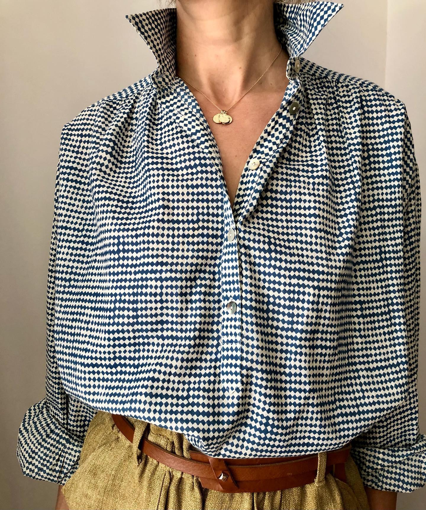 Chemise imprimée losange bleu et ceinture réglable Les basiques de la nouvelle collection #enligne #lesheuresparis.fr  #coton #cuir #ceinture #coloresclothing #herbertfreresoeurhttps://www.instagram.com/p/CM-N_QMFc8d/