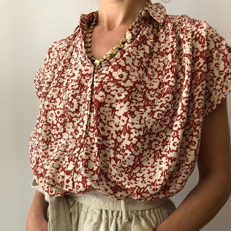 La blouse Emma, 95- voile de coton imprimé Terracota et blanc écru @hod_paris #voiledecoton #nouvellecollection #printemps2021 #outfitoftheday   📸 @les_heures_parishttps://www.instagram.com/p/CODL7GLFAe5/