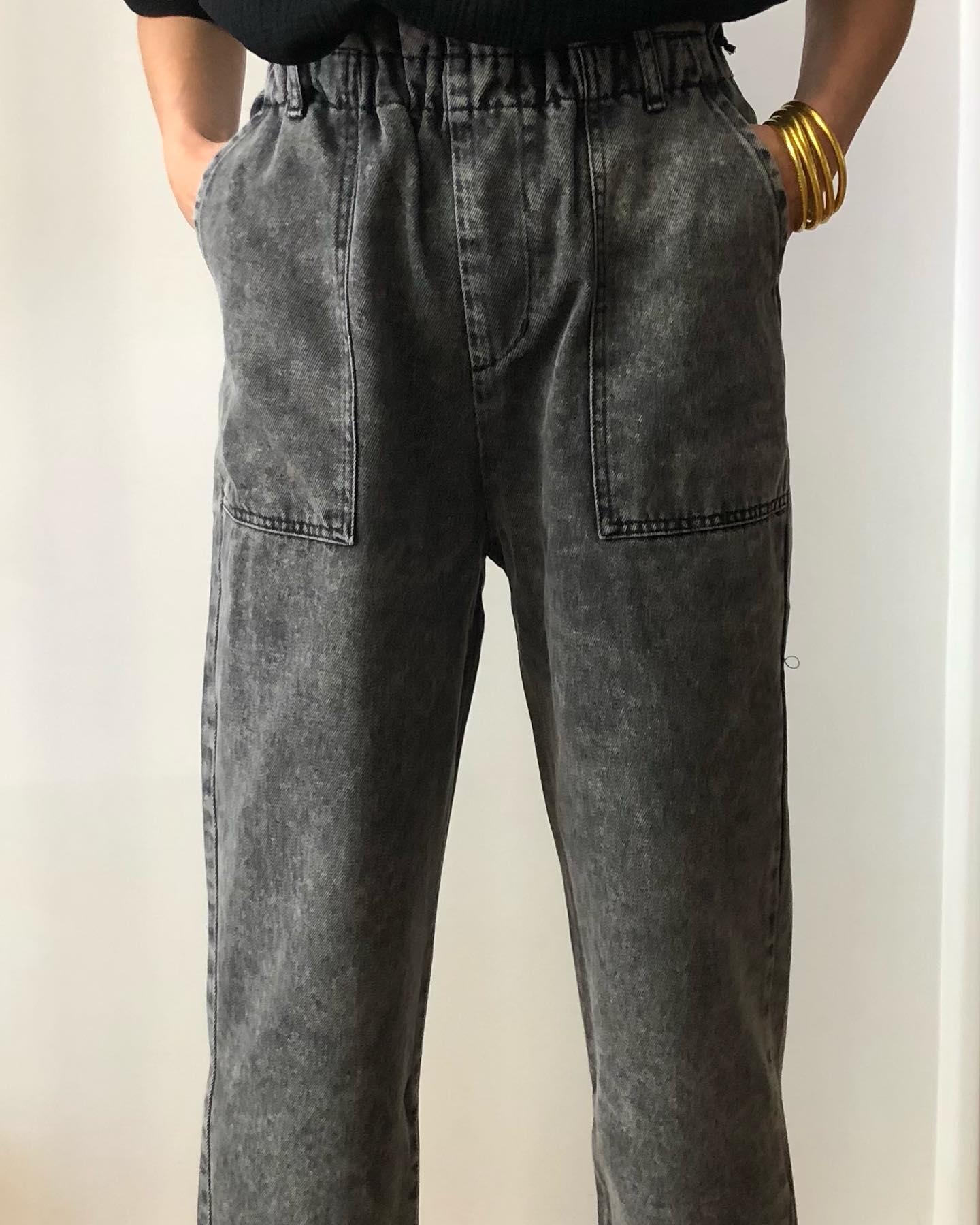 Le pantalon Yael en toile de jean gris délavé, en ligne  www.lesheuresparis.fr #pantalon #jean #gris #allure #ootd #hodetteshttps://www.instagram.com/p/COJHxWvFfrR/