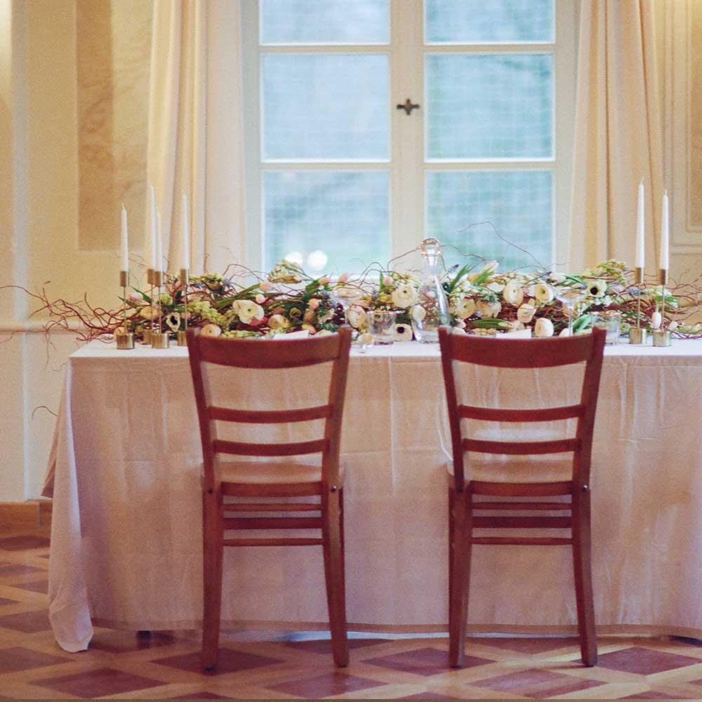 Festlich gedeckter Tisch zur Hochzeit