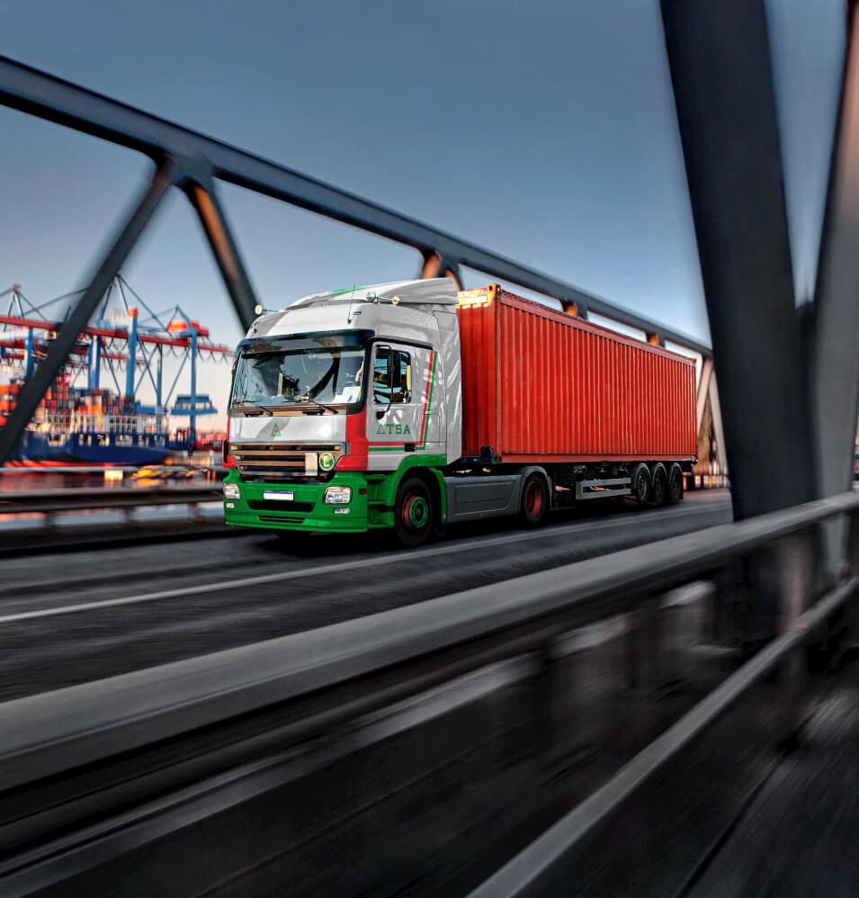 Caminhão da TSA transportando container próximo ao porto de Santos, SP