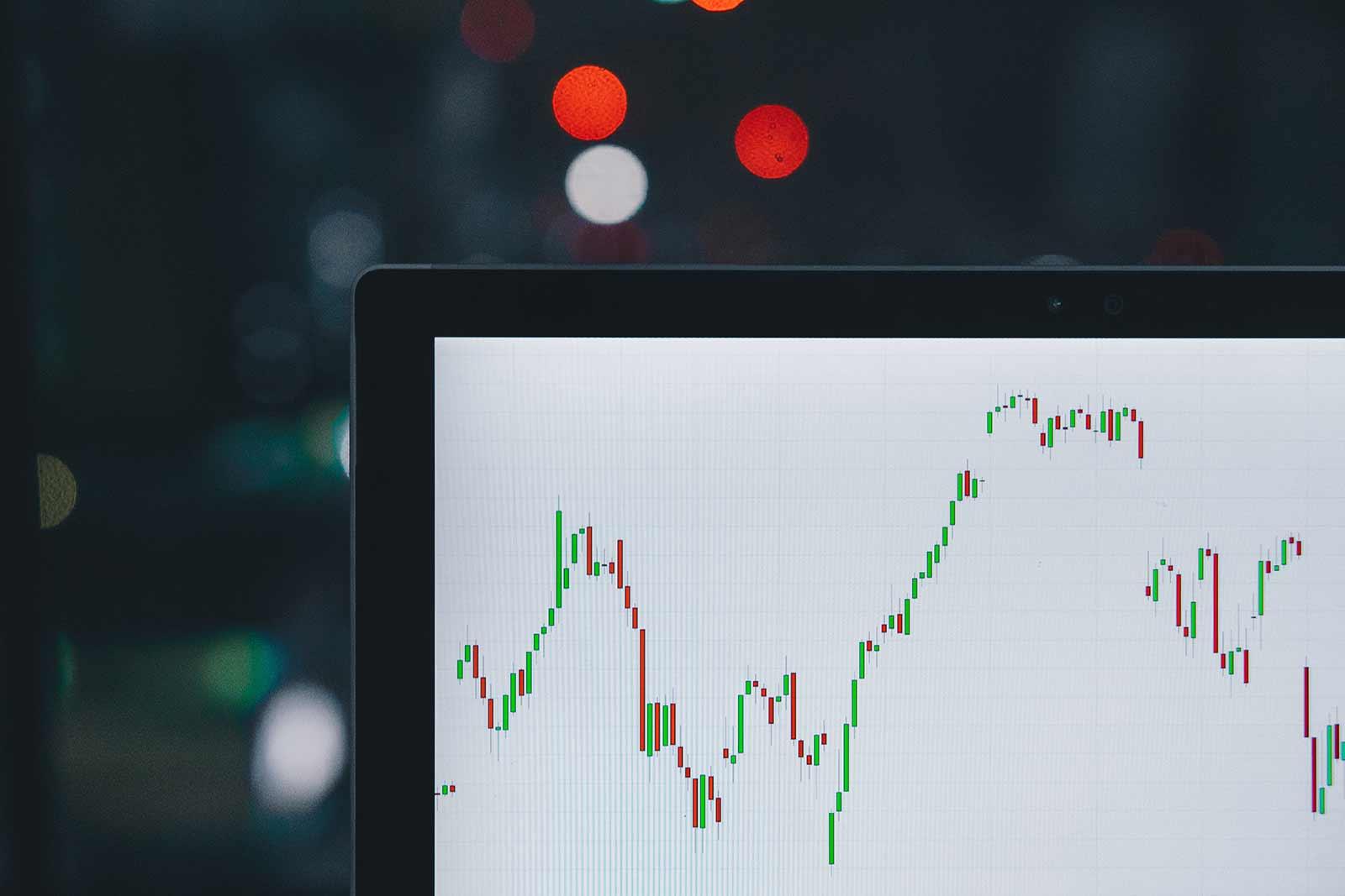 Fotografia ilustrativa de gráficos financeiros na tela de um computador