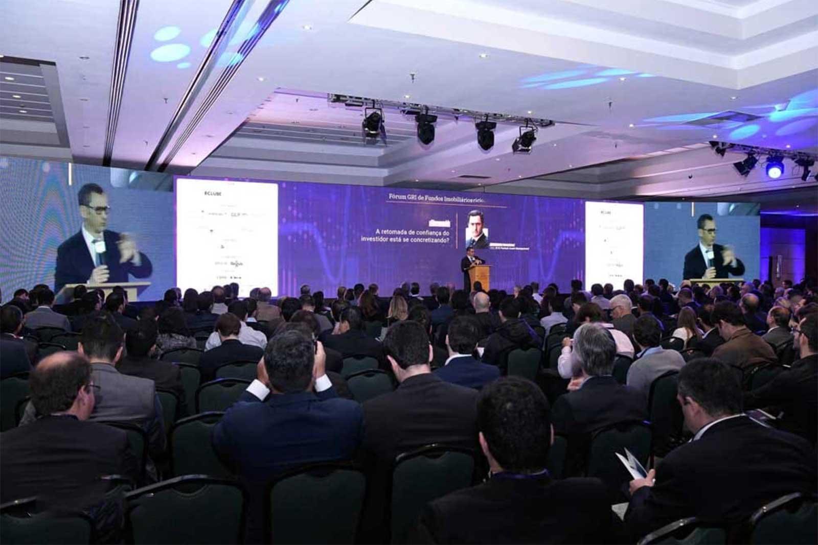 Fotografia de uma palestra do Fórum GRI