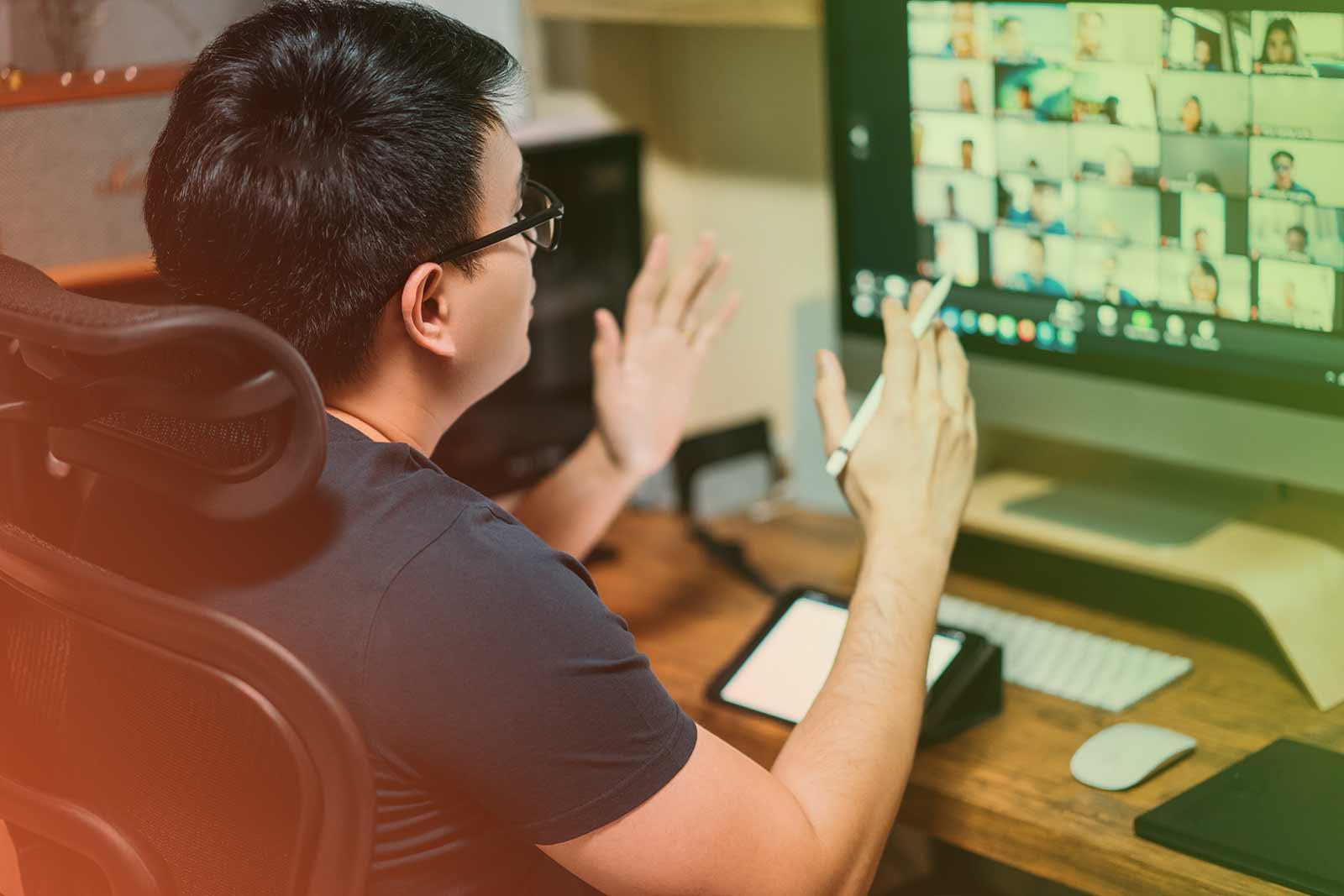 Fotografia de uma pessoa fazendo uma reunião online