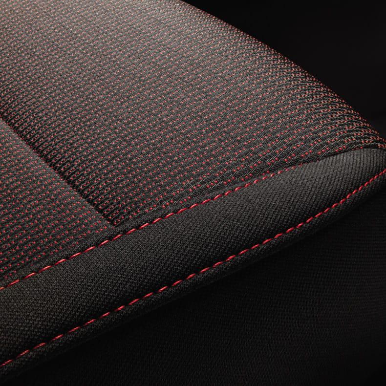 Тканевая отделка сидений с контрастной красной прострочкой
