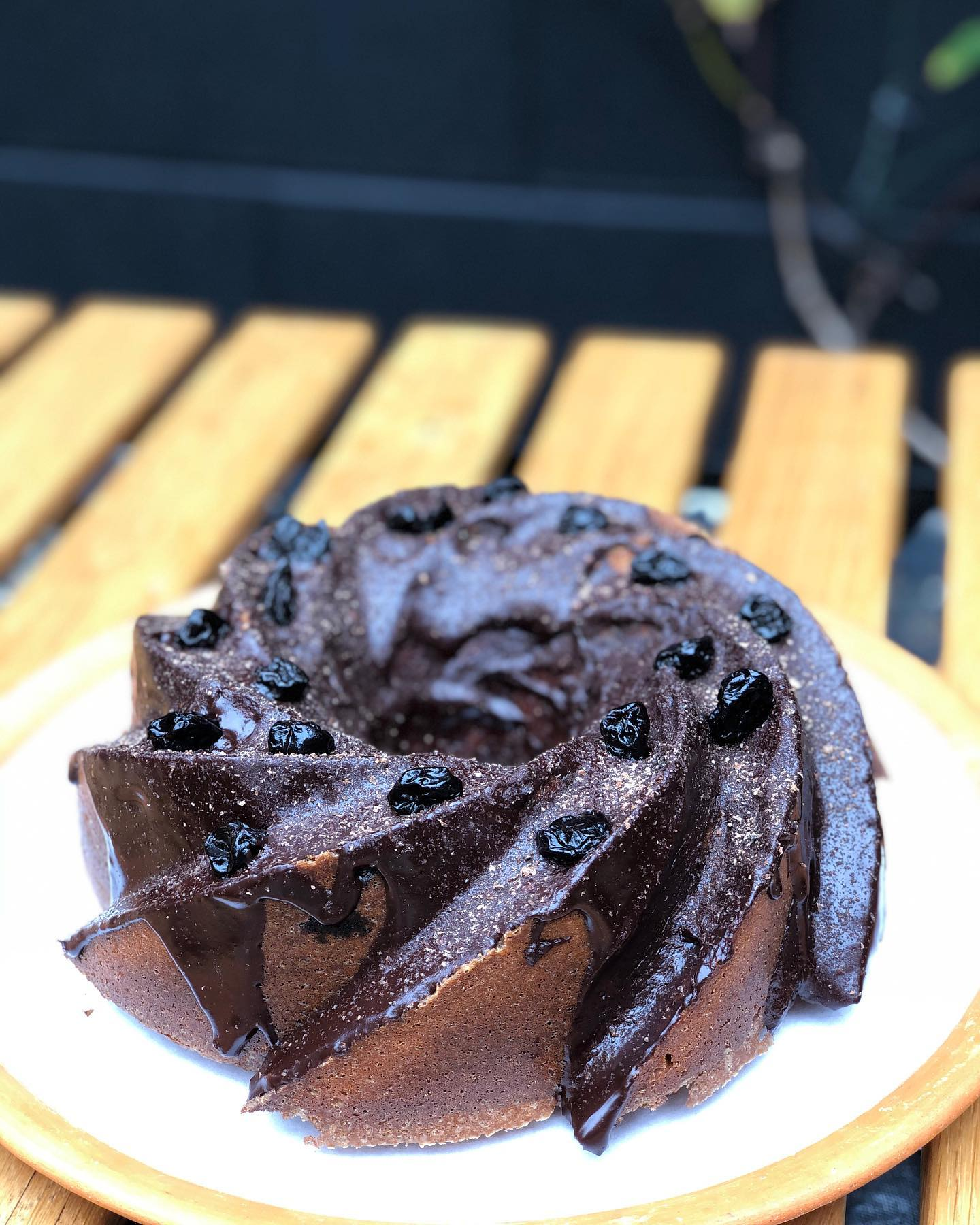 Goodmorning! 🌞 How about a Brunch cocktail 🍹 from @faden.sonnen and a slice of this beauty. It's a Almond Cherry Bundt Cake w/ Chocolate Ganache, made this morning by @beacake  #Brunchtoday 10-2p