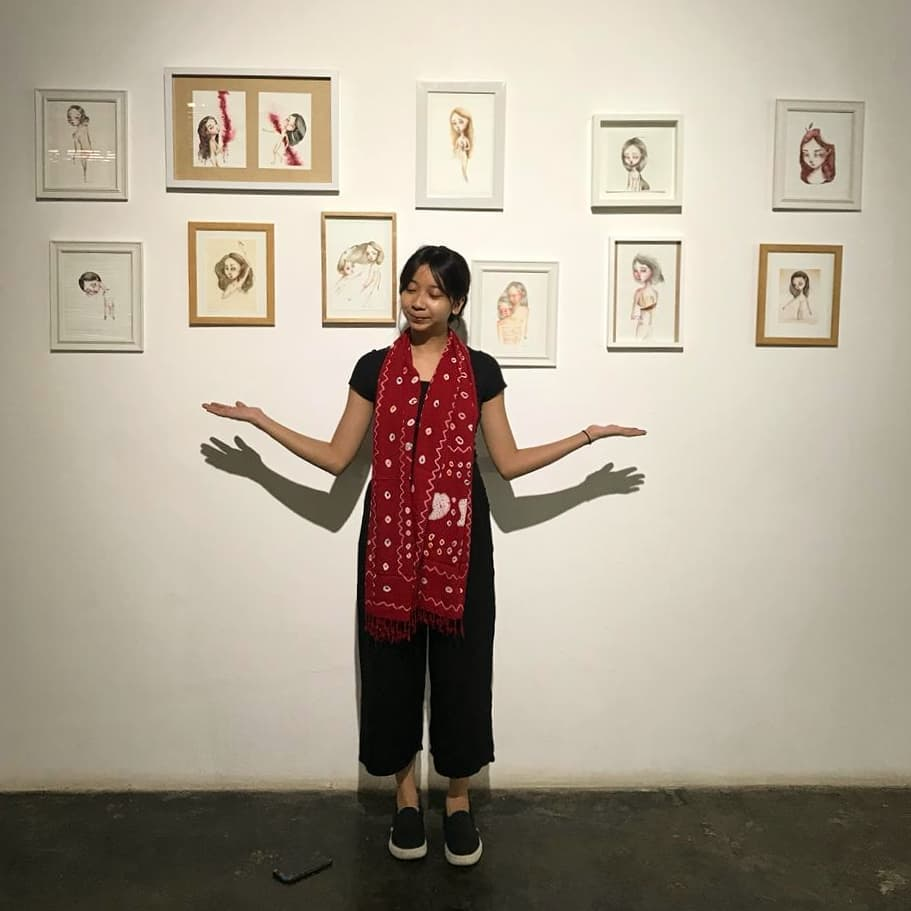 Kalya di depan pameran lukisannya