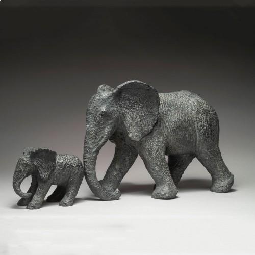 Sculpture de Sophie Verger en bronze, d'un. éléphant qui tiens sont éléphanteau par la queue.